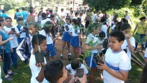 Alunos do Colégio de Aplicação Alfredo Nasser participam de recuperação da nascente do Córrego Botafogo